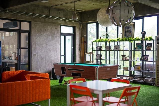 พื้นที่ให้เช่าพร้อมหญ้าเทียม โต๊ะพลู ร้านกาแฟ ร้านเบียร์