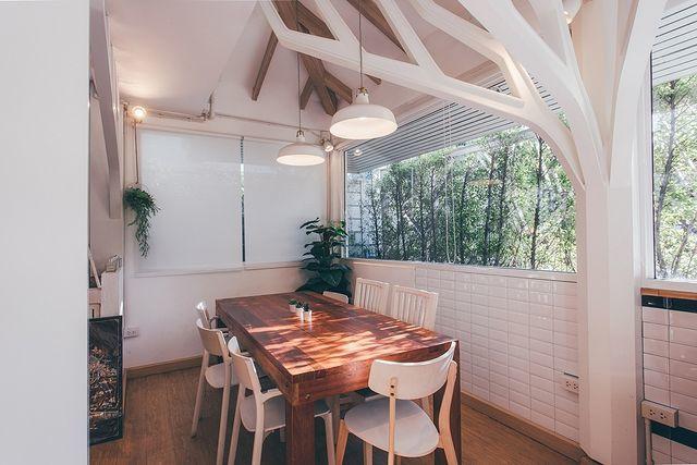 บ้านต้นไม้สีขาว ( โซนโต๊ะไม้ยาว )